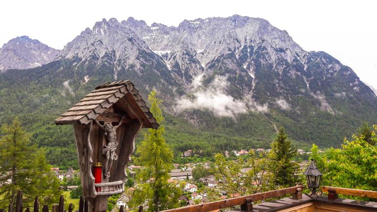 Der Blick von der Gröbl-Alm über Mittenwald bis zur Karwendelgrube und westlicher Karwendelspitze