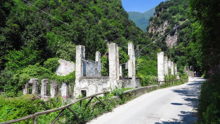 Die Ruine dses Wasserkraftwerks