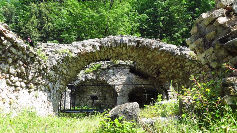 Ein Rundbogen einer Ruine
