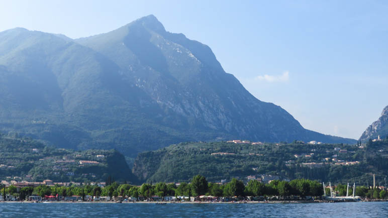 Hier sieht man gut den Taleinschnitt zwischen Maderno und Toscolano, durch den wir ins Tal gehen