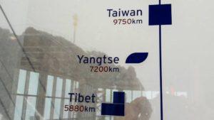 Nur 5880 Kilometer bis Tibet. Fenster m Zugspitz-Restaurant mit Blick auf das Gipfelkreuz