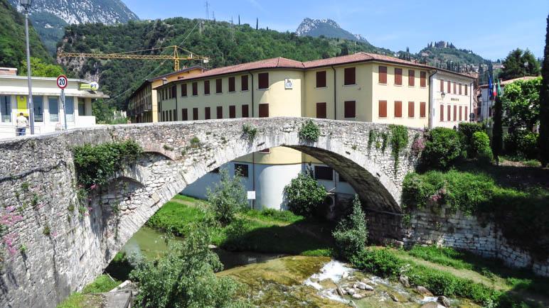 Die Brücke im Zentrum von Toscolano-Maderno