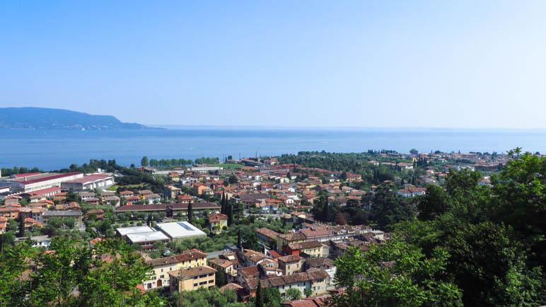 Der Blick über Toscolano-Maderno und der Gardasee in Richtung Garda