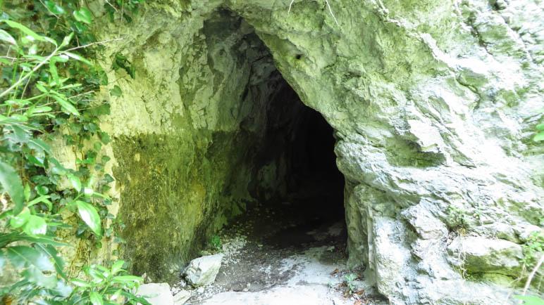 Der Eingang zum kleinen Tunnel. Nehmt eine Stirnlampe mit!