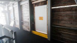 Eine normalerweise fest verschlossene Baustellentür