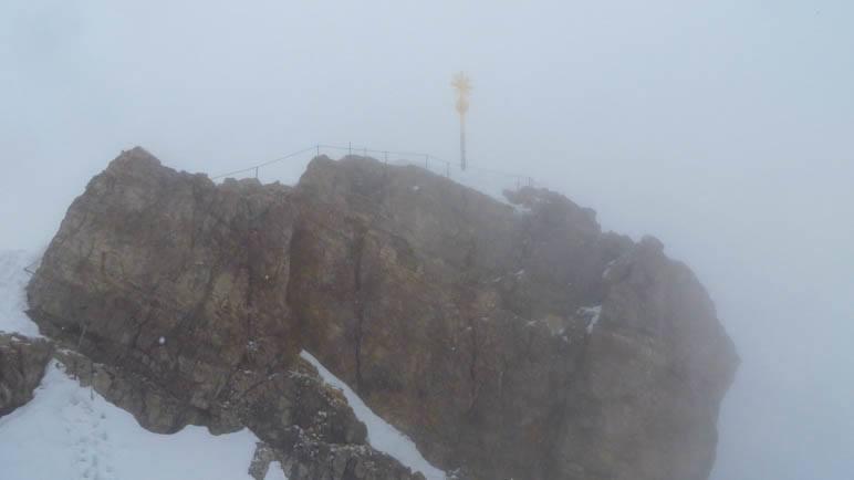 Das Gipfelkreuz der Zugspitze: An diesem Tag unerreichbar und fast vom Nebel verschluckt