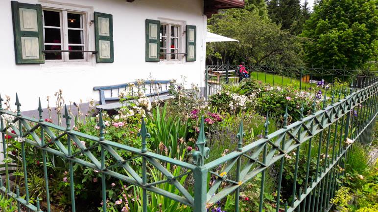 Ein Bauerngarten an einem der Häuser in Glentleiten