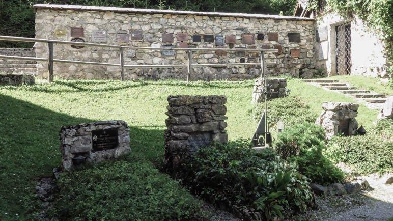 Die Friedhofsmauer mit den Gedenktafeln an die Bergtoten