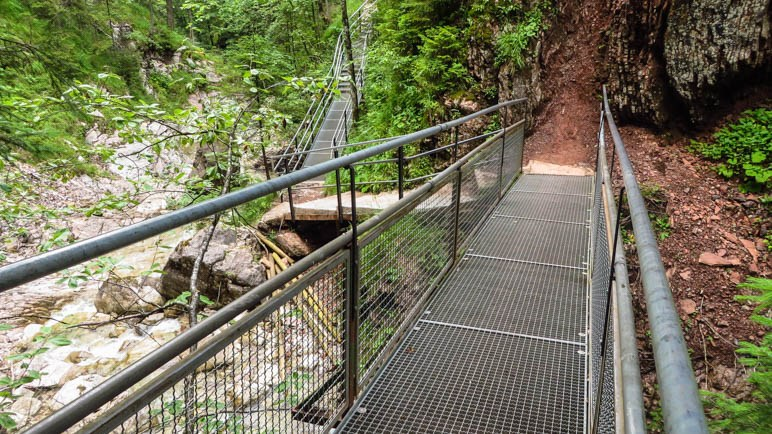 Zwei der Gitterbrücken auf dem Weg durch die Klamm