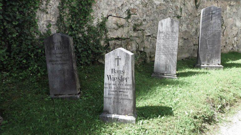 Grabsteine auf dem Friedhof in Johnsbach