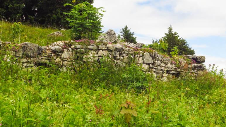 Auf den Mauern der verfallenen Hochalm kann man gut stzen und Brotzeit machen