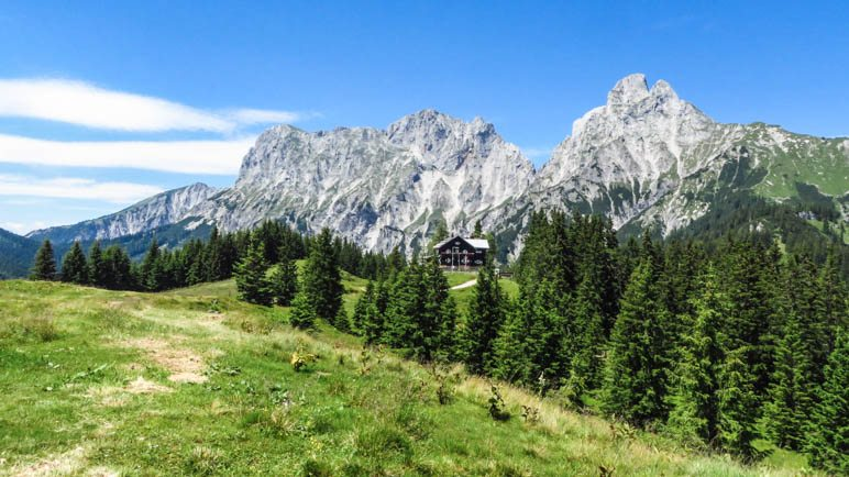 Die Mödlinger Hütte vor dem Admonter Reichenstein und dem Totenköpfl