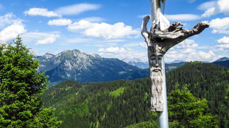Ein kleiner Berggeist am Wegweiser markiert den Gipfel