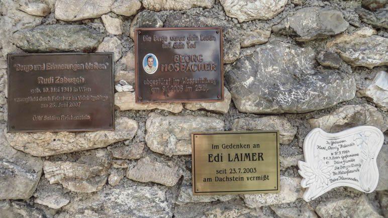 Vier Gedenktafeln an der Mauer