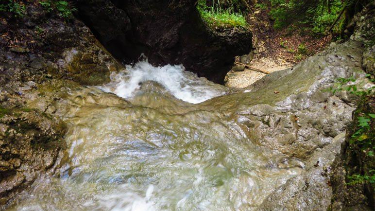 Am oberen Rand des Wasserfalls