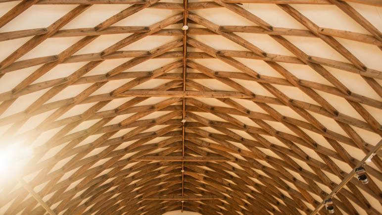 Im Inneren des Hauses sieht man gut die Konstruktion des Zollingerdachs ohne Querbalken und Träger