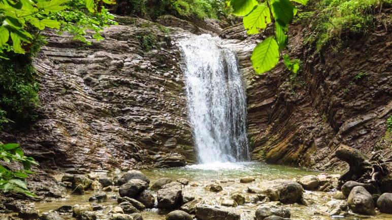 Der zweite Wasserfall fließt über eine interessante Felswand