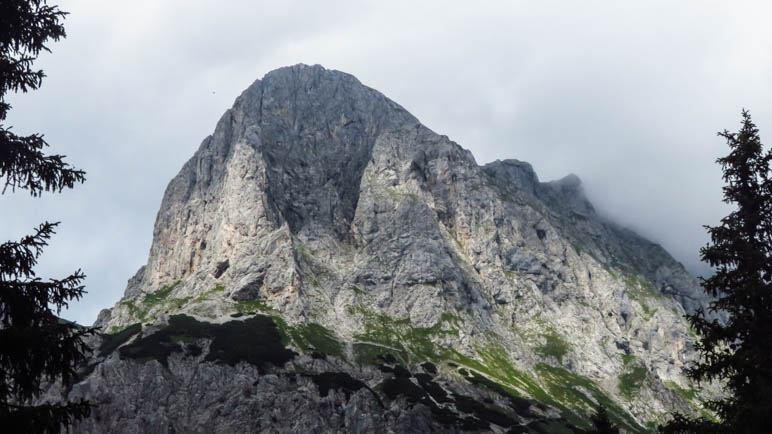 Der Blick auf den Admonter Kalbling. Gut zu erkennen ist der nach links führende Aufstiegsweg durch Latschen und Fels