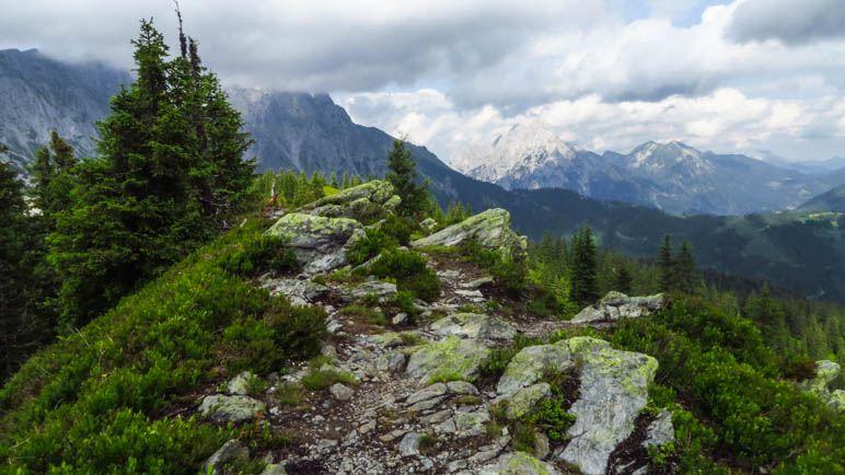 Die kleinen Felsen stehen etwa am höchsten Punkt des Lahngangs