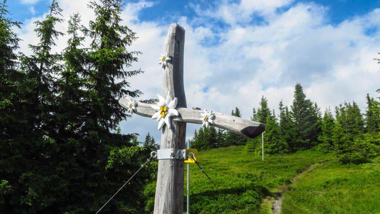 Ein ungewöhnliches und schönes Gipfelkreuz steht auf dem Lahngang im Gesäuse