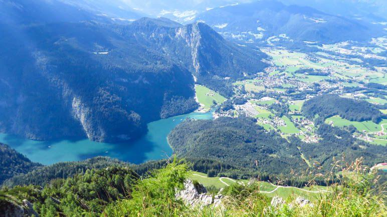 Der Blick zum nördlichen Ufers des Königssees. Im Hintergrund der Grünstein und Schönau