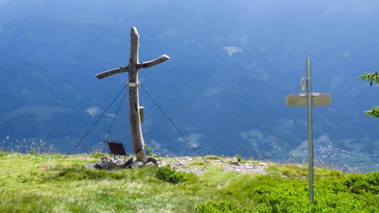 Das Gipfelkreuz des Lahngang kommt in Sicht, scharf an der Abbruchkante zum Tal
