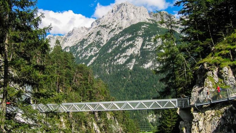 Die große Brücke über die Leutaschklamm. Mit Bergpanorama