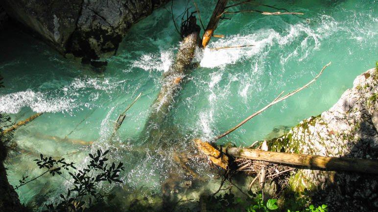 Leuchtend grünes Wasser in der Geisterklamm
