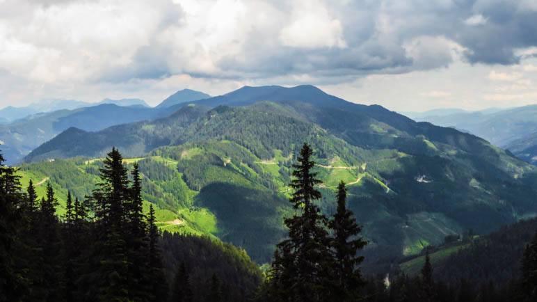 Der Blick hinüber zur Mödlinger Hütte, die ganz klein im linken Bildteil liegt