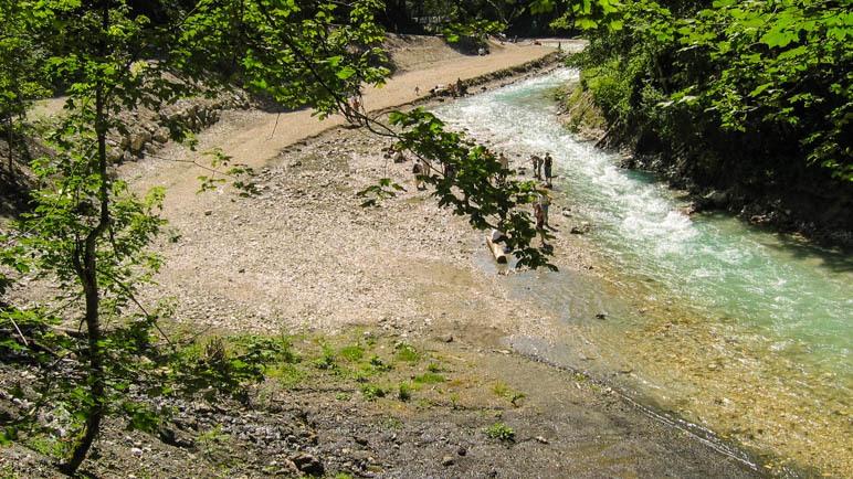 Nach der Partnachklamm öffnet sich das Tal wieder. Unten der Kieselstrand an der Partnach