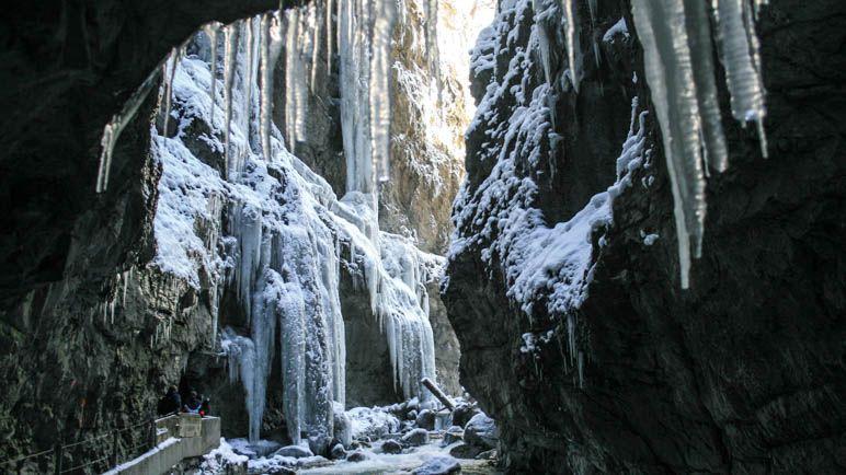 Riesige Eiszapfen in der winterlichen Partnachklamm. Siehst Du die MEnschen unten links im Bild?