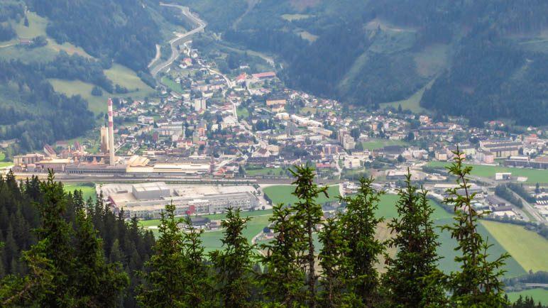 Blick aus der Vogelperspektive auf die Stadt Trieben, die direkt unterhalb vom Lahngang liegt
