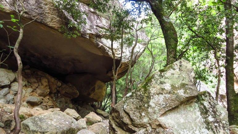 Das große Felsdach, unter dem der Weg entlangführt