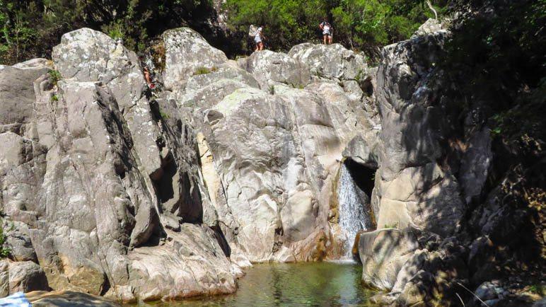 Über die großen Felsen führt der Weg weiter zu den nächsten Gumpen