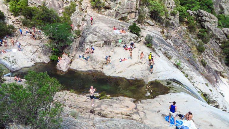 Die Felsen sind ideal zum Sonnenbaden, Abkühlung gibt's im Badebecken