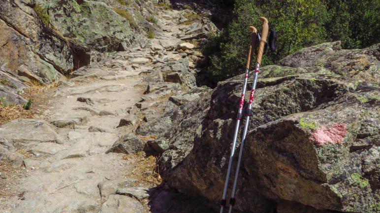 Auf diesen korsischen Felsplattenwegen könnte man schon die Gummipuffer über die Spitzen ziehen