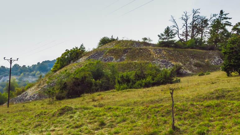 Die Abraumhalden der Kalkplattenwerke. Beeindruckend und landschaftsprägend oben auf den Bergen hier