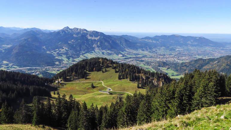 Der Blick nach Westen vom Seekarkreuz: Brauneck, Benewand und im Vordergrund die Lenggrieser Hütte