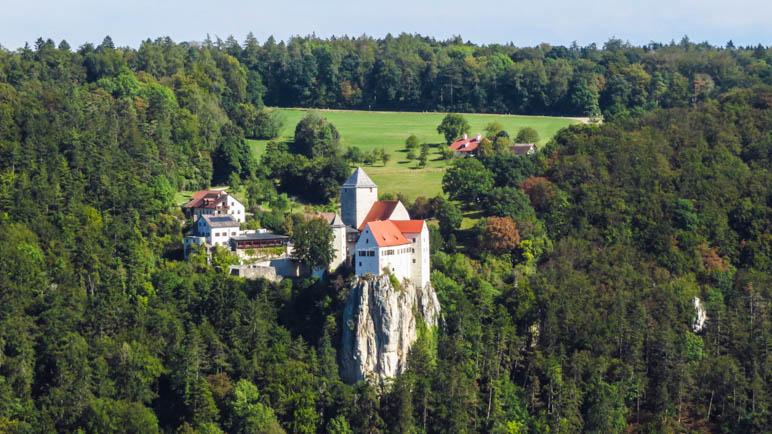 Der Blick von der Aussichtsplattform hinüber zur Burg Prunn