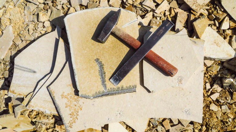 Im Fossiliensteinbruch. Mein Werkzeug und ein Teil meiner Ausbeute