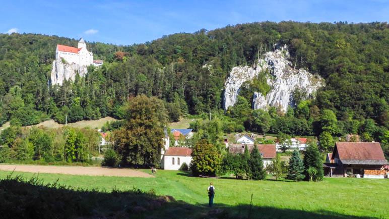 Am Ende des Weges durch den Wald. Direkt vor mir: Die Kapelle und die Burg Prunn