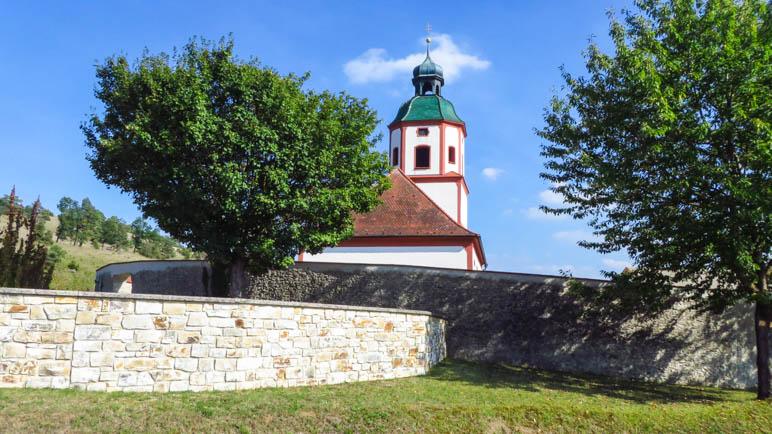 Die Kirche Mariä Himmelfahrt oberhalb von Gungolding