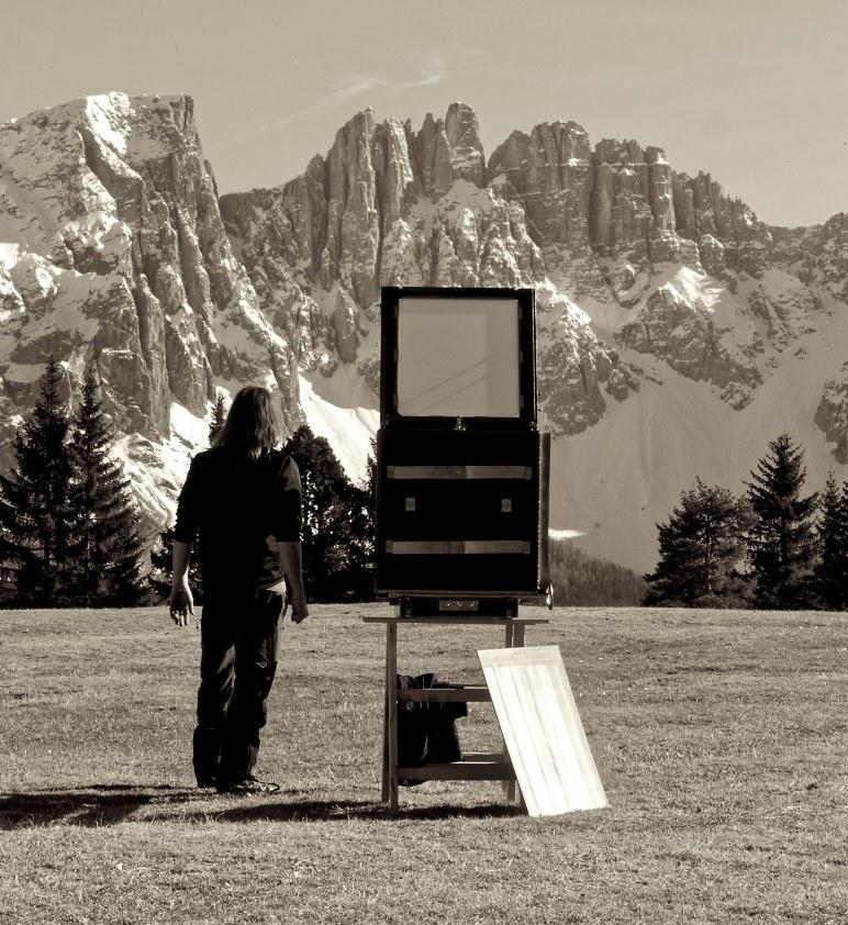 Kurt Moser mit einer Kamera vor südtiroler Bergkulisse