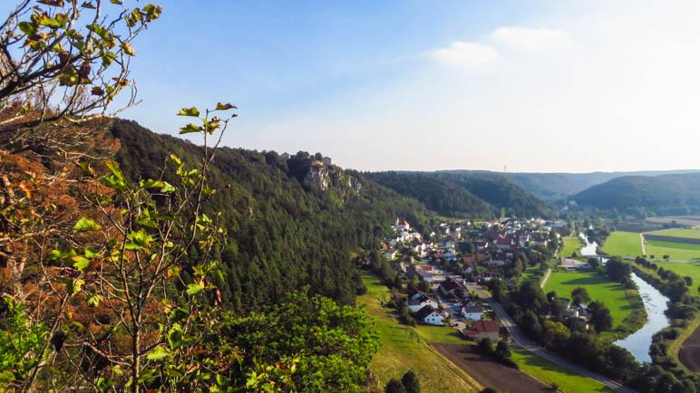 Der Blick von der Arnsberge Leite auf den Ort, das Schloss und das Altmühltal