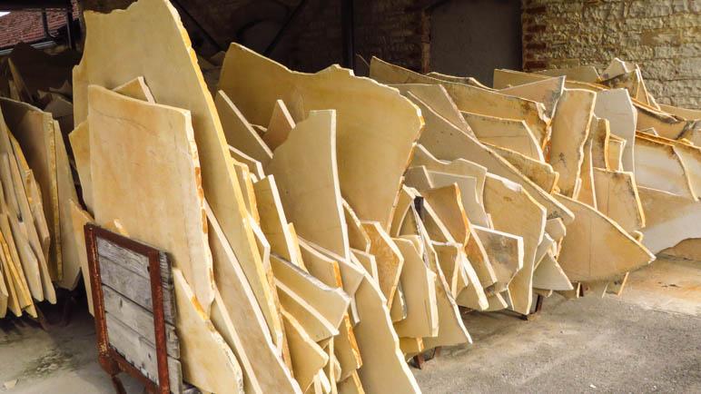 Solnhofener Plattenkalk. Zu Tausenden stehen die Kalkplatten hier