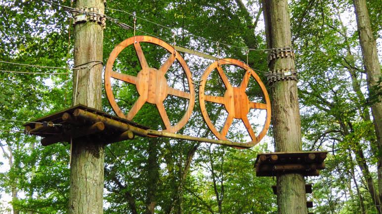 Im Waldklettergarten Pappenheim. Die Räder des Mittelalter-Parcours