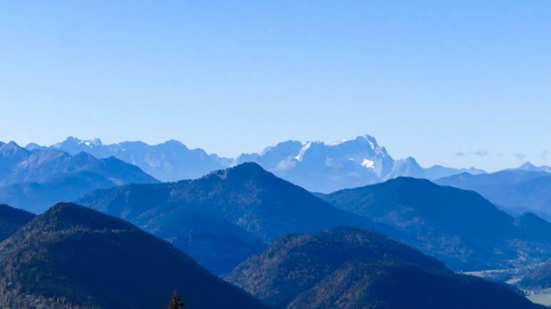 Über die Jachenau und den Walchensee reicht der Blick bis zur Zugspitze