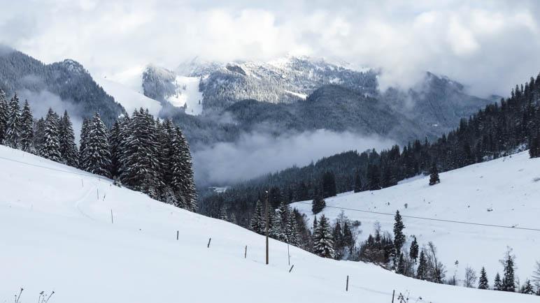 Die Berge in den Wolken, die Landschaft komplett verschneit
