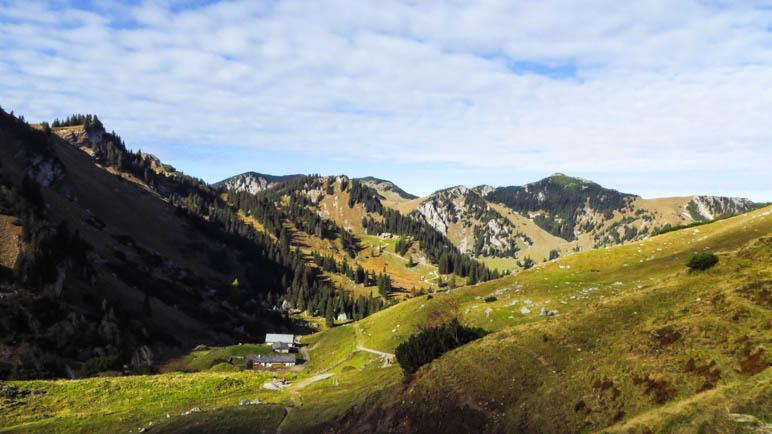 An der Kleintiefentalalm, im Hintergrund das Taubensteinhaus