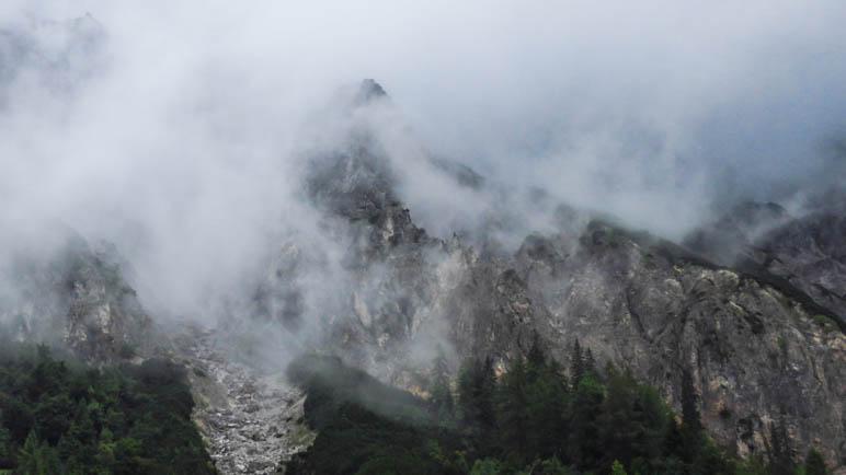 Wolkenverhangene Berge im Gesäuse